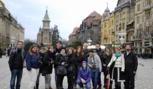 Ghid cu turisti in timpul unui tur de oras in Timisoara